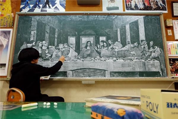 Bữa tiệc cuối cùng của họa sĩLeonardo da Vinci được tái hiện lại bằngphấn trắng.