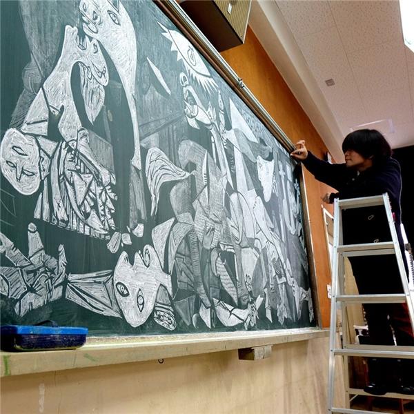 Bức tranh nổi tiếngGuernica của Pablo Picasso cũng được thể hiện bằng phấn trắng.