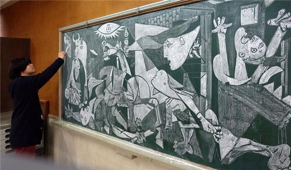 Thầy đang Hamasakihoàn thiện bức tranh.
