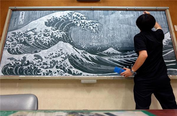 Thầy giáo tài hoa này cũng họa thêmbức tranh Ukiyoecủa họa sĩ người Nhật Hokusai.