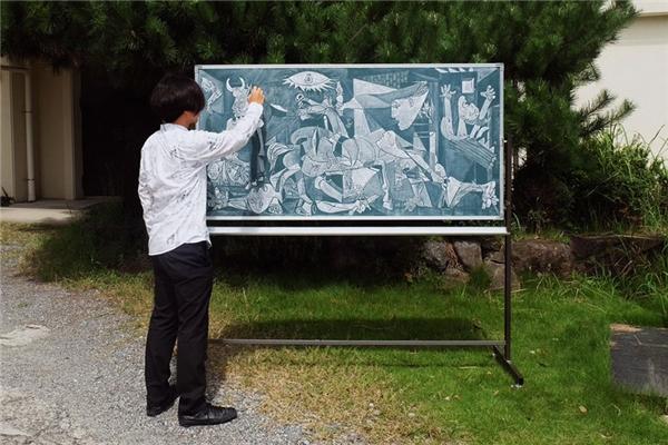 Phiên bản nhỏ hơn của bức tranhGuernica.