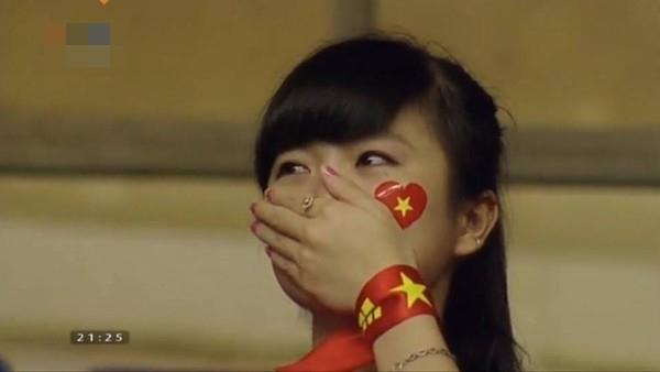 Hình ảnh nữ CĐV khóc trên khán đài đã thu hút được rất nhiều sự chú ý.
