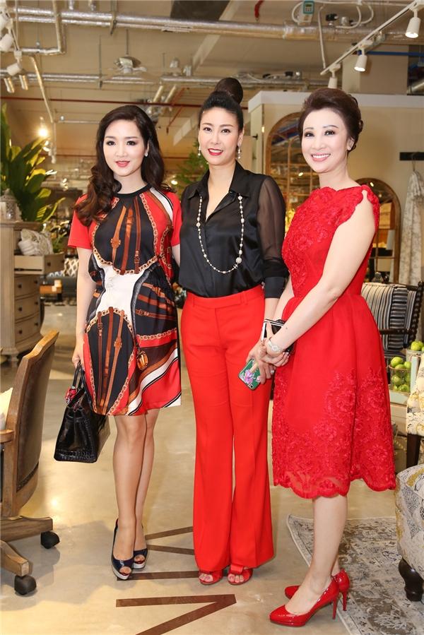 Giáng My, Hà Kiều Anh và một người bạn chọn diện trang phục tông xuyệt tông đỏ, đen.