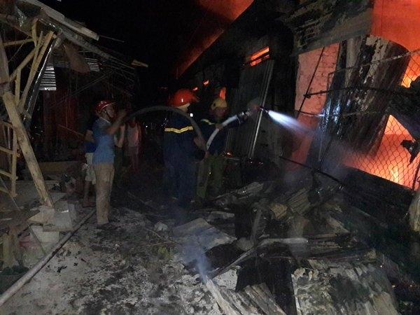 Đến 22h00 đêm, ngọn lửa bao trùm toàn bộ khu chợ, tất cả chìm trong biển khói. Công tác cứu hỏa vẫn tiếp tục được khẩn trương triển khai.Ảnh: Thiện Lương