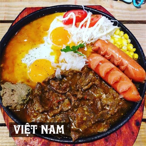 Bữa ăn sáng của người Việtthay đổiđa dạng theo từng vùng miền song bánh mì chảo bao gồm thịt bò sốt, xúc xích chiên và trứng ốp laăn kèm hành ngòđược nhiều người yêu chuộng hơn cả.
