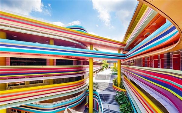 Trường Tiểu học Nanyang ở Singapore có vẻ ngoài rực rỡ, bắt mắt chứng minh rằng màu sắc là yếu tố then chốt. Những màu tươi sáng có khả năng kích thích sự hoạt động của não bộ song các nhà thiết kế cần thận trọng vì màu quá sặc sỡ có thể khiến trẻ sao nhãng việc học và hiếu động thái quá.