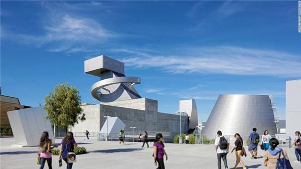 Trường Trung học số 9 ở Los Angeles, Mỹ, có kiến trúc độc đáo, tạo cho học sinh lối tư duy phá cách. Ngoài ra, việc xây dựng môi trường học tập rộng rãi trên khu đất có diện tích khá nhỏ cũng là cách hay để hướng dẫn người học tận dụng tài nguyên, sẵn sàng tạo ra sự khác biệt.