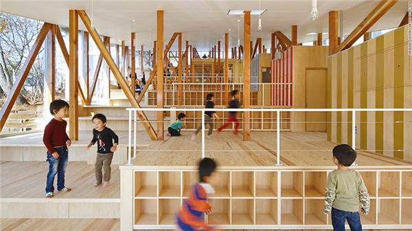 Trường mầm non Hakusui ở Nhật Bản bố trí các khu vực trong trường dựa theo nhu cầu thực tế của học sinh. Môi trường học tập, vui chơi đa dạng sẽ giúp học sinh thích đến trường và tích cực phát huy khả năng sáng tạo cũng như tính kiên trì.