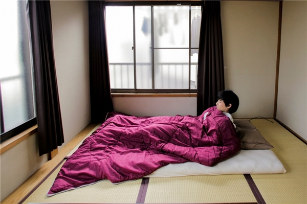 Ở một số hộ gia đình, người ta thậm chí còn không mua giường. Thay vào đó, họ sử dụng những tấm chiếu hoặc nệm bông.(Ảnh: Bright Side)