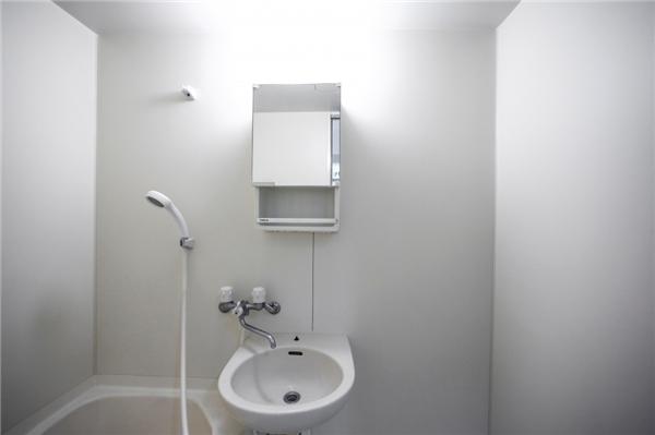 Dầu gội, sữa tắm và các sản phẩm vệ sinh cá nhân được giấu sau mép bồn tắm để tiết kiệm diện tích.(Ảnh: Bright Side)