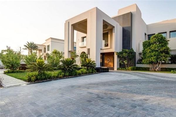 2. Căn biệt thự Emirates Hills 10 phòng ngủ, giá 48 triệu USD. Emirates Hills là một trong những khu căn hộ đắt đỏ ở Dubai được ví như khu nhà giàu Beverly Hills ở Mỹ. Biệt thự này có một hồ bơi, thư viện và rạp chiếu phim phòng rộng rãi.