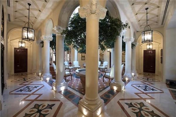 3. Biệt thự Emirates Hills 8 phòng ngủ, giá 34,8 triệu USD: Biệt thự này gồm 8 phòng ngủ trang bị phòng tắm riêng.