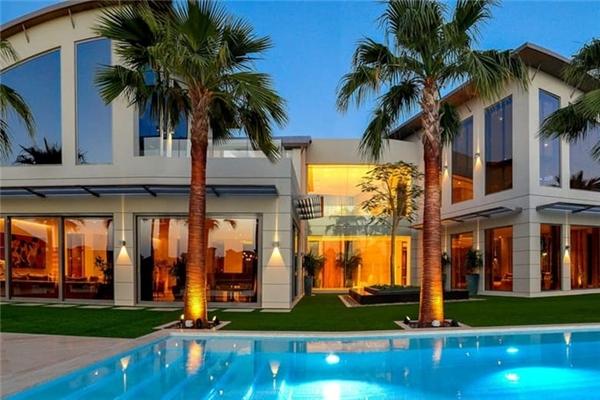 6. Biệt thự Palm Jumeirah 6 phòng ngủ, giá 20,4 triệu USD. Biệt thự xa hoa này có ban công lớn và sân thượng với tầm nhìn tuyệt đẹp ra biển. Đặc biệt, nó sử dụng công nghệ nhà thông minh giúp gia chủ có thể điều khiển rất cả mọi thứ trong nhà bằng điện thoại di động.