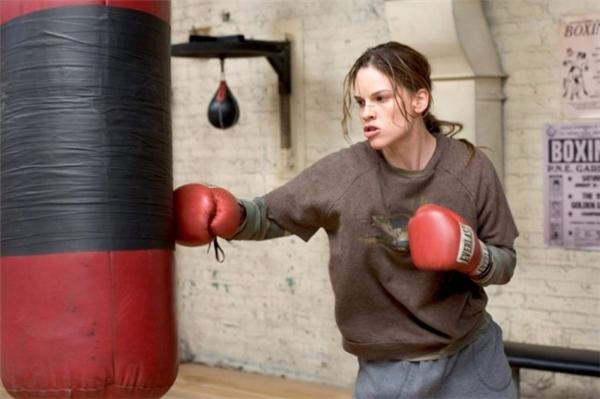 Phim Cô Gái Triệu Đôlà một bộ phim thể thao nổi tiếng nói về môn Quyền anh của Mỹ năm 2004 do đạo diễn Clint Eastwood thực hiện. Bộ phim sẽmang đến cho bạn một cái nhìn thực tế, trần trụi hơn về sự khắc nghiệt của cuộc sống và cách đối mặt, vượt qua chúng khó khăn đên mức nào.Xuyên suốt bộ phim làcâu chuyện về một huấn luyện viên Quyền anh cố gắngchuộc lỗi với cô gái mới tập tễnh vào nghề bằng cách đào tạo và giúp đỡ cô thực hiện ước mơ trở thành võ sĩ chuyên nghiệp.