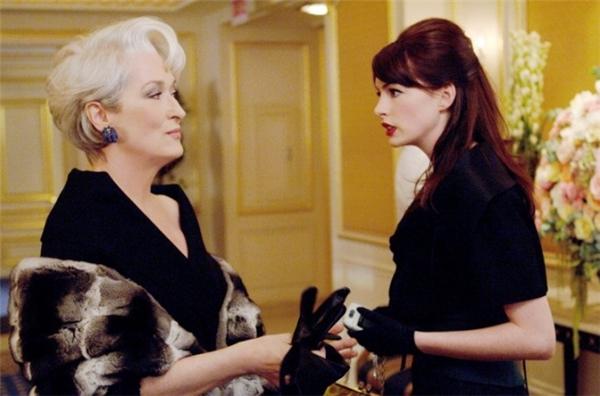 Yêu nữ hàng hiệuxoay quanh Andrea,một sinh viên ngành báo chí vừa ra trường vàđang cố gắngtìm một công việc tốt, phù hợp với lĩnh vực cô theo đuổi. May mắn mỉm cười với Andrea khi cô nhận được vị trí trợ lícho Miranda, chủ biên tạp chí thời trang danh tiếng nhất New York. Tuy nhiên,càng được Miranda tin tưởng và hiểu bà hơn, cô nhận ravẻ hào nhoáng hoàn hảo của một phụ nữ thành đạt tột đỉnh chỉ là vỏ bọc củamộtMiranda hoàn toàn khác. Bộ phim mang đến thông điệp vô cùng ý nghĩa: thế giới thời trang đẹp một vẻ đẹp lộng lẫy, xa hoa nhưng cũng không kém phần khắc nghiệt, tàn khốc.