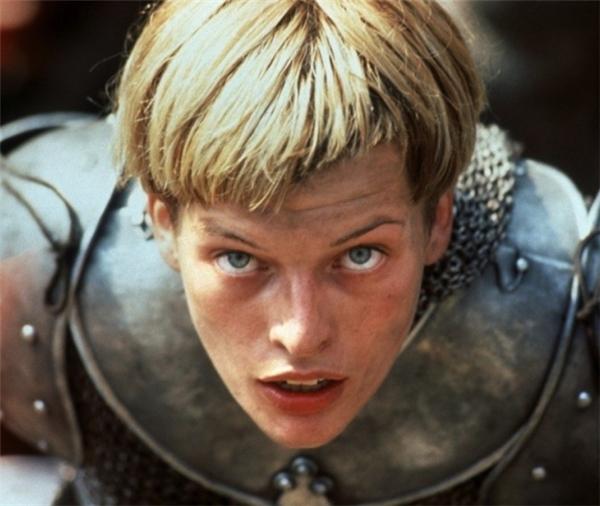 Người truyền tin của Chúa lấy bối cảnh lịch sử nước Pháp vàothế kỉ 15, giai đoạn đang xảy ra chiến tranh với Anh. Tình hình chính trị của Pháp lúc này vô cùng rối ren vì bại trận liên miên và vua chưa đăng quang. Trong khi đó, ở tạimột ngôi làng nhỏ nước Pháp,một cô gái tên Joan tin rằng mình được Chúa giao phó nhiệm vụ giải phóng nước Pháp. Sống sót sau cuộc tấn công của quân Anh vào chính ngôi làng của mình,cô nung nấuhận thù trong lòng từ đó. Bộ phimđã rất thành công trong việc mô tả một cách chân thực những đức tin mạnh mẽ và ý thức công líđược tìm thấy trong nhân vật Joan.