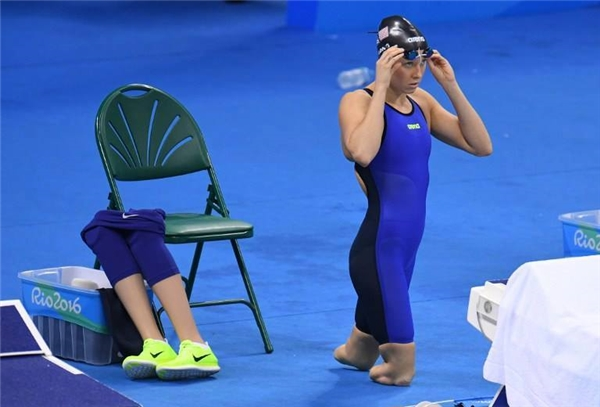 Jessica Long, vận động viên người Mỹ đang chuẩn bị trước lượt thi đấu bơi ếch 100m tại Paralympiclần thứ 15 được tổ chức tạiRio de Janeiro. (Ảnh:Iliya Pitalev/Sputnik)