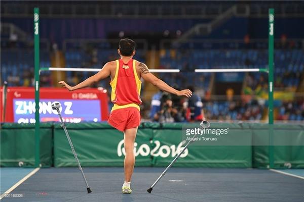 Zhiqiang Zhong đến từ Trung Quốc đang hoàn thành phần thi nhảy cao nam của mình tại sân vận động Rio de Janeiro, Brazil ở Paralympic2016. (Ảnh:Atsushi Tomura)