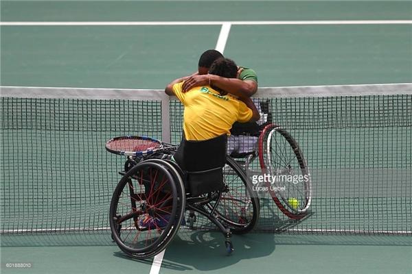 VĐVLucas Sithole người Nam Phi vàYmanitu Silva người Brazil ôm nhauchúc mừng sau khi cả hai hoàn thành nội dungđấuquần vợt xe lăn vào ngày thứ 3 của Paralympictổ chức tại Brazil. (Ảnh:Lucas Uebel)