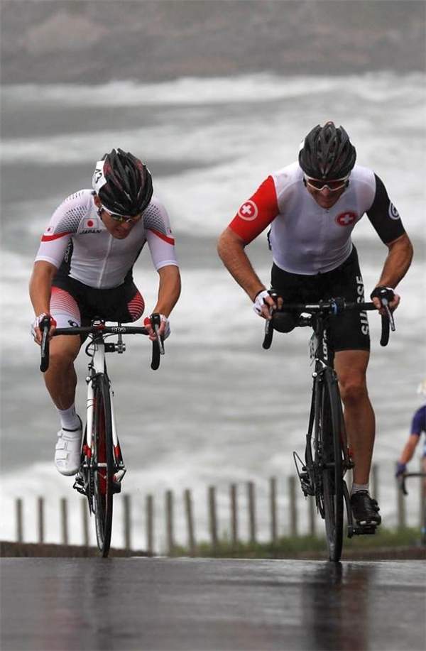 Roger Bolliger (bên phải) người Thụy SĩvàShota Kawamoto người Nhậtđang tranh tài cùng nhau ở nội dung đua xe đạp nam. (Ảnh:Ricardo Moraes)