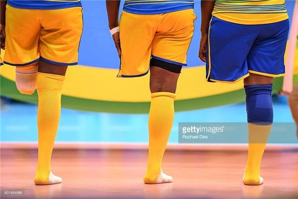 Đội bóng chuyền ngườiRwanda đang xếp hàng chuẩn bị trước trận tranh tài với đội bóng Trung Quốc.