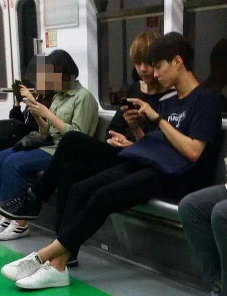 """Park Bo Gum còn """"dụ dỗ"""" cậu bạn thân, V (BTS), đi cùng trên tàu điện ngầm"""