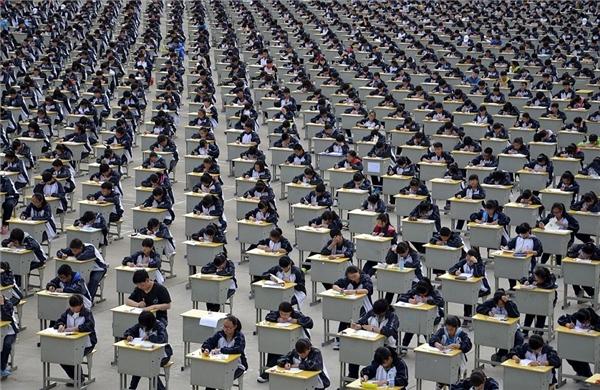 Hơn 1700 học sinh đã phải ngồi thi giữa trời nắng tại sân thể dụcNghi Xuân, Thiểm Tây vì không đủ chỗ trong các phòng học.