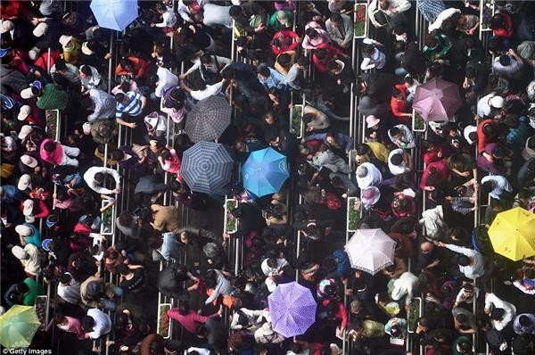 Dù mưa gió bão bùng nhưng vẫn không ngăn được dòng người đến tham quantriễn lãm Expo Thượng Hải.