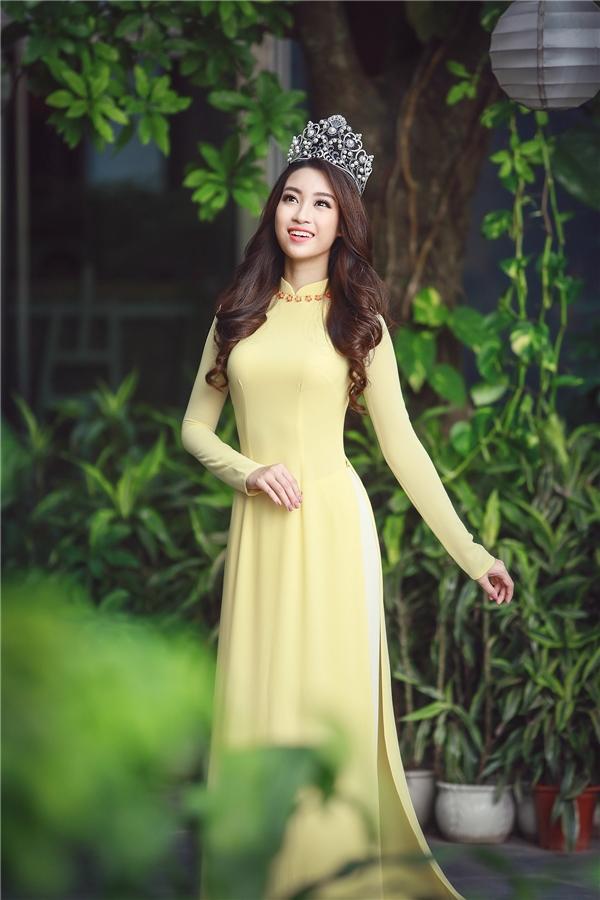 Khác với các đàn chị, áo dài truyền thống lại là trang phục giúp Hoa hậu Việt Nam 2016 Đỗ Mỹ Linh tỏa sáng và góp mặt trong danh sách mặc đẹp tuần qua. Thiết kế với chất liệu mềm mại củng sắc vàng tươi trẻ vô cùng phù hợp với sắc vóc mảnh mai, thanh tú của người đẹp 20 tuồi. Được biết, đây là thiết kế mà Thuận Việt chuẩn bị riêng cho Đỗ Mỹ Linh.