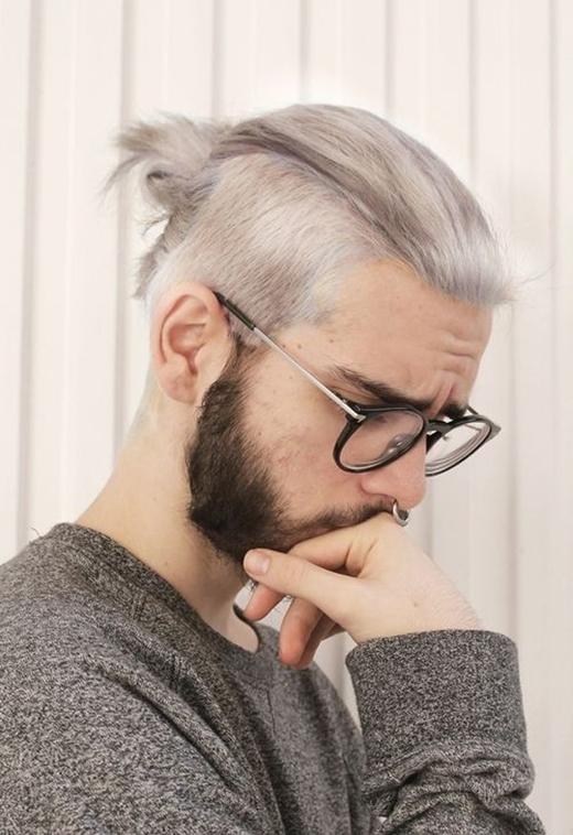 Kết hợp với màu tóc xám bạc, Top Knot sẽ tạo cho bạn vẻ ngoài cực thời thượng.
