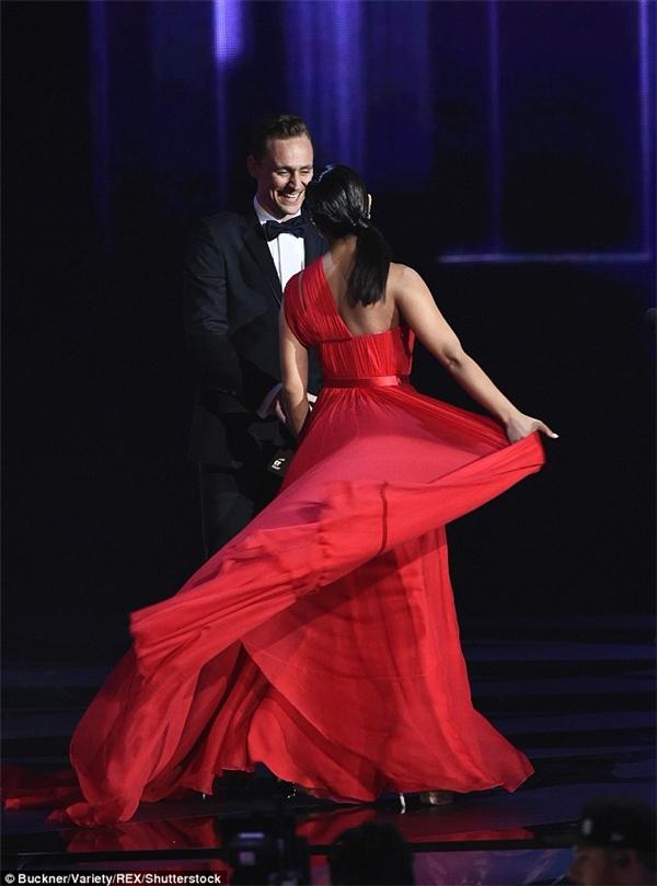 Hình ảnh tình tứ của Priyanka và Tom trên sân khấu Emmy