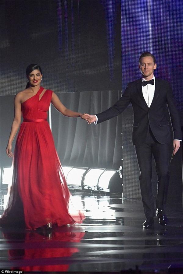 Không chịu thua Taylor Swift, Tom Hiddleston mau chóng tán tỉnh Cựu Hoa hậu Thế giới