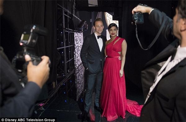 Những hình ảnh của Tom và Priyanka ở lễ trao giải Emmy