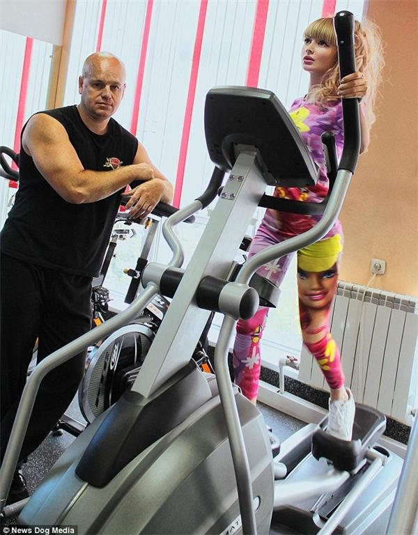 Angelica cóhuấn luyện viên riêng giúp cô duy trì vòng eo thon thả vàvòng 3 săn chắc.