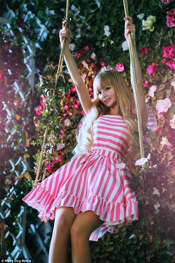 Trong tương lai, cô gái muốn trở thành người mẫu của tạp chí Playboy và quyết định sống xa gia đình.