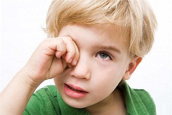 Liếm mép sẽ khiếnnước mắt sẽ tự ứa ra và kéo theo vật lạ ra ngoài.