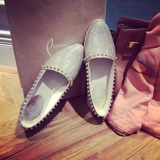 ...cho đến giày đều là hàng hiệu.