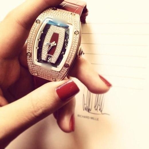 Ngọc Trinh là người may mắn sở hữu chiếc đồng hồ chỉ được sản xuất hai cái trên thế giới này.