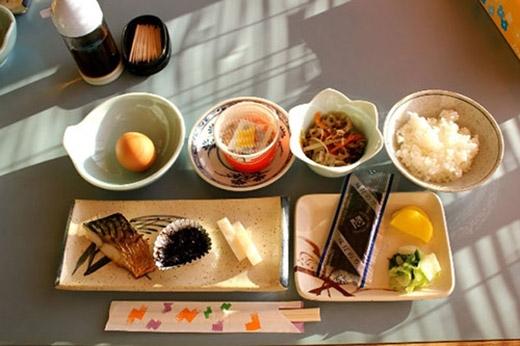 Công thức sử dụng thực phẩm thành 2 món chính 3 món phụ như vậy giúp người Nhật tiêu thụ đầy đủ lượng chất dinh dưỡng cần thiết mà lại hạn chế việc ăn quá nhiều, quá no.