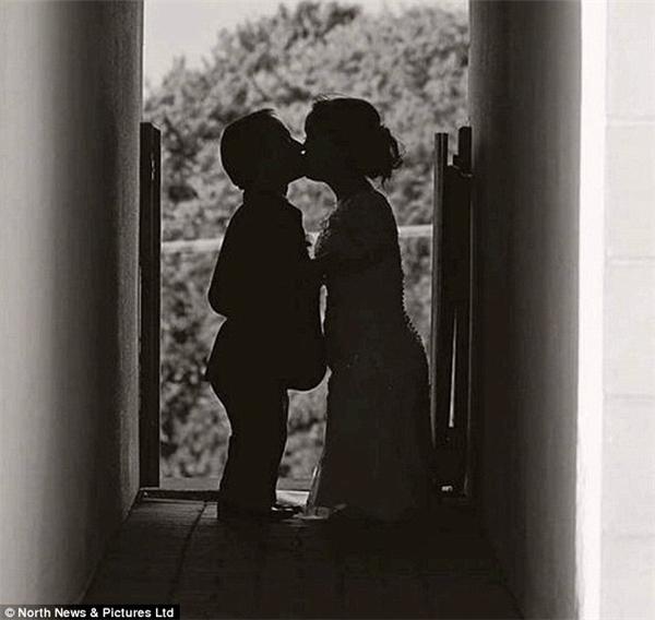 Một khoảnh khắc ngọt ngào của cặp đôi trước lễ cưới