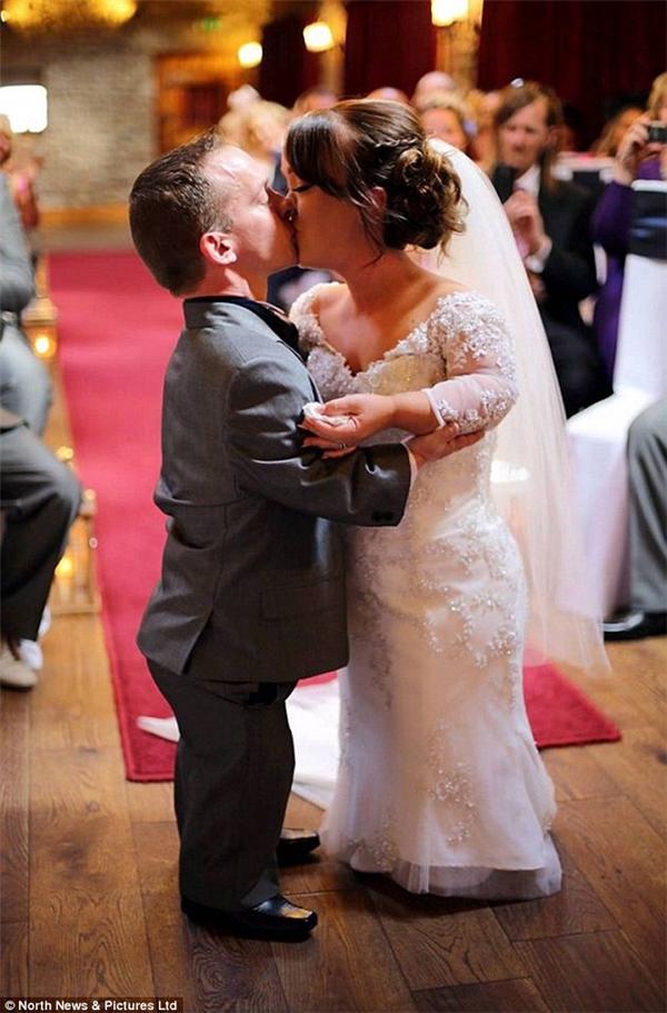 Cặp đôi trao nhau nụ hôn đắm say trước sự chúc phúc của mọi người...