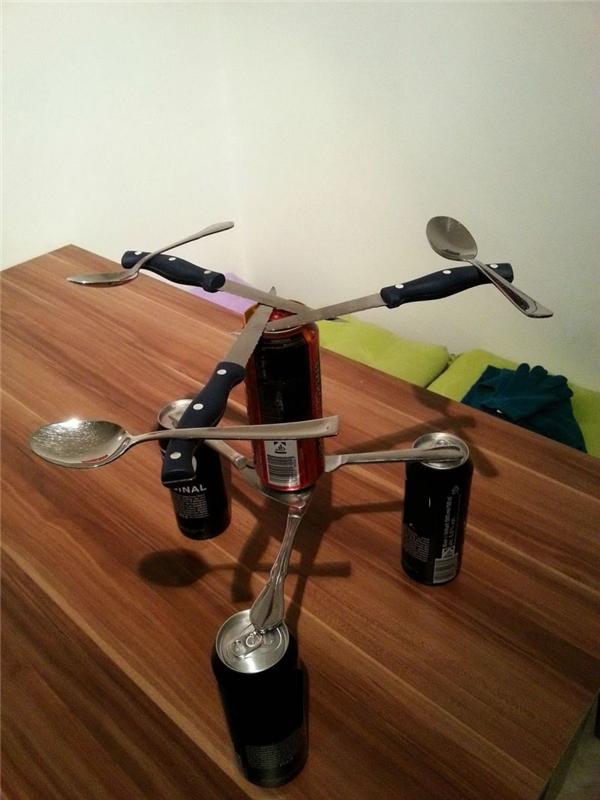 Dễ thôi mà, nếu cho tôi mấy chiếc muỗng giống nhau, mấy con dao giống nhau, mấy lon bia giống nhau cộng thêm mồi nhậu nữa thì tôi cũng làm được.