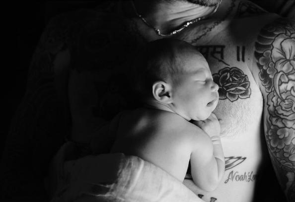 Không để các fan phải chờ đợi lâu, mới đây, Adam Levine và vợ đã chính thức đăng tải hình ảnh đầu tiên của con gái trên mạng xã hội Instagram.