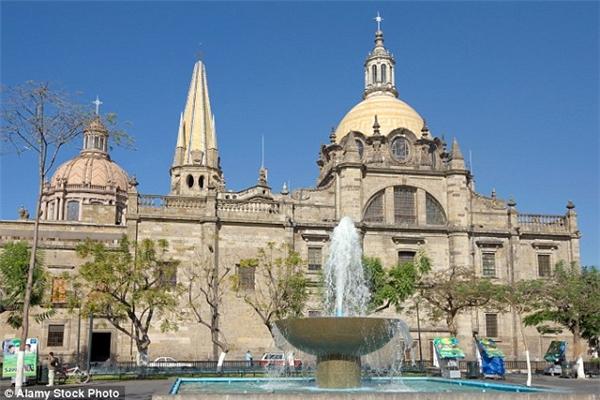Xác ướp Santa Inocencia được bảo quản bằng sáp, đặt trong lồng kính ở nhà thờ Guadalajara, Mexico trong suốt 300 năm. (Ảnh: Alamy Stock Photo)