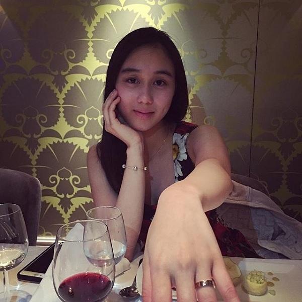 Alice Ho (17 tuổi), cô con gái út trong tổng số 17 anh em của gia đình. Vì là con út nên từ nhỏ,Alice Ho đã sống trong nhung lụa và được cưng chiều hơn hết thảy.