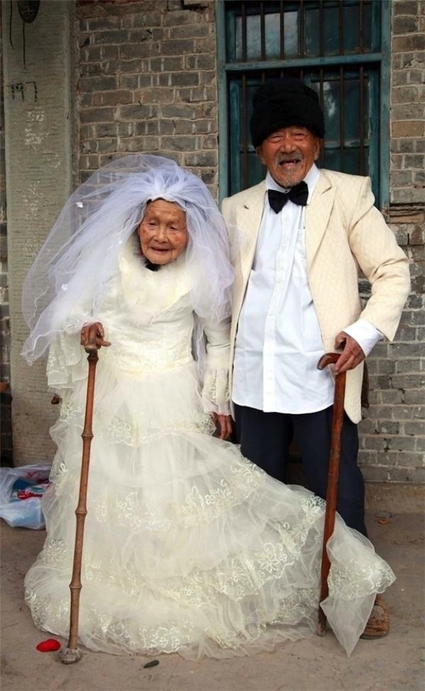 Hai cụ già này kết hôn 88 năm trước nhưng thời đó họ không sắm nổi một bộ đồ cưới và cũng không có tiền để chụp ảnh. Cuối cùng, sau gần một thế kỉ chung sống bên nhau, ước mơ của họ cũng trở thành sự thật.