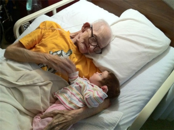 Cụ già ôm cháu vào lòng trước khi nhắm mắt xuôi tay.