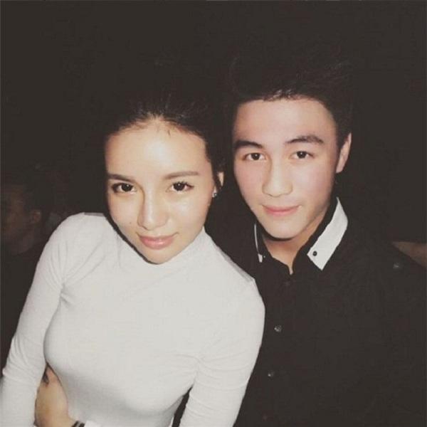Dù vướng phải tin đồn đang hẹn hò cùng cô tiểu thư xinh đẹp và giàu có bậc nhất Singapore- Kim Lim, nhưng trên trang cá nhân của anh ít khi đăng tải những hình ảnh của cô người yêu mà luôn tràn ngập hình ảnh với em gái xinh đẹp.