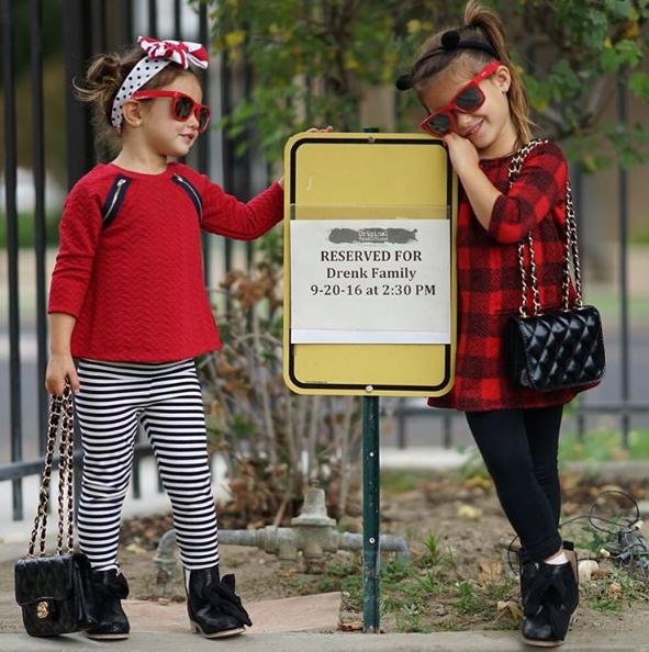 Không chỉ ăn mặc đẹp, Isabella và Scarlett còn rất biết cách tạo dáng trước ống kính.