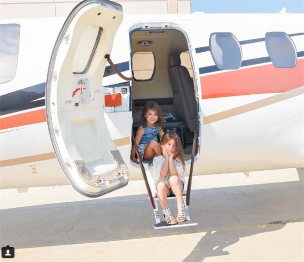Cả hai cũng từng được mẹ đưa đến trực thăng để thực hiện photoshoot.